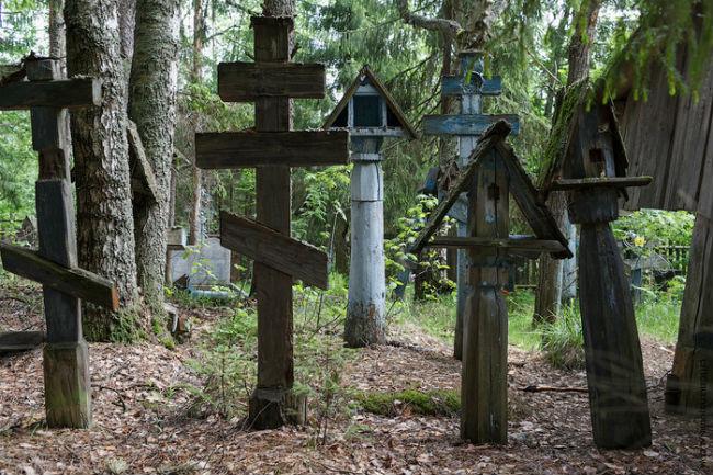 Старое кладбище днем