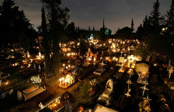 Действующее кладбище ночью